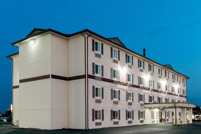Super 8 by Wyndham Springfield East - Springfield - Building
