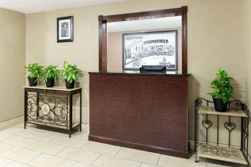 Super 8 by Wyndham Springfield East - Springfield - Front desk