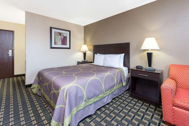 Super 8 by Wyndham Springfield East - Springfield - Bedroom
