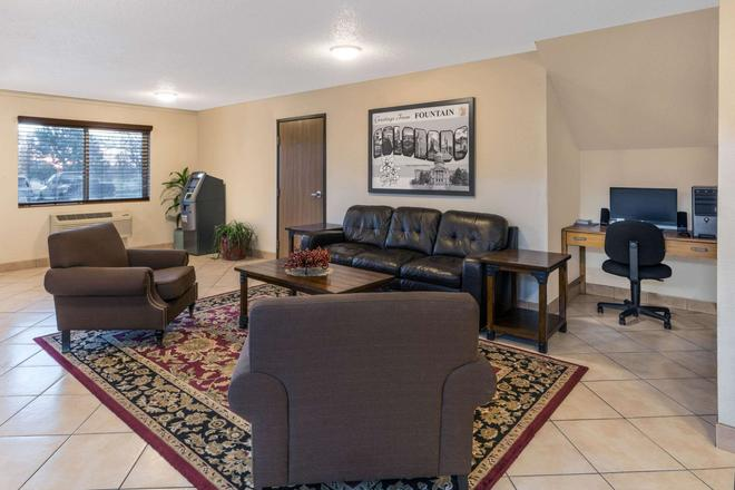 Super 8 by Wyndham Fountain - Fountain - Living room