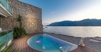 Hotel Vega - Malcesine - Piscina