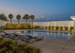麗笙克拉克公園旅館 - 安赫勒斯市 - 安吉利斯 - 游泳池