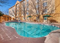 La Quinta Inn & Suites by Wyndham Albuquerque West - Albuquerque - Uima-allas