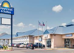 Days Inn & Suites by Wyndham Laredo - Laredo - Building