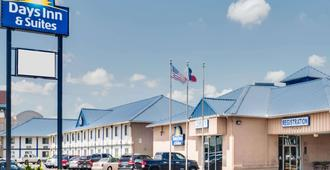 Days Inn & Suites by Wyndham Laredo - Laredo