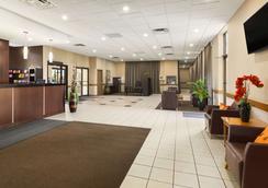 Travelodge by Wyndham Edmonton West - Edmonton - Lobby