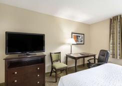 Clarion Hotel - Beachwood - Bedroom