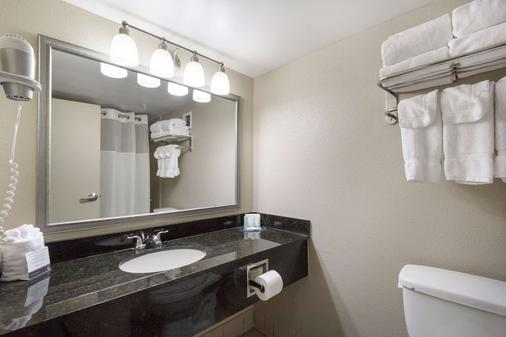 Clarion Hotel Beachwood-Cleveland - Beachwood - Bathroom