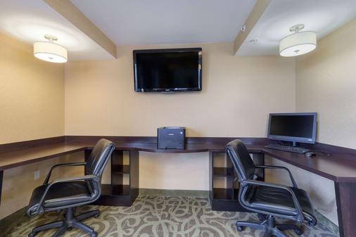 Clarion Hotel - Beachwood - Business center