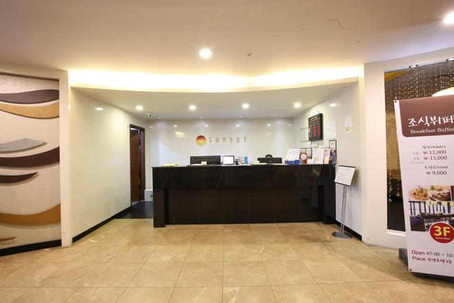 Sunset Business Hotel - Busan - Front desk