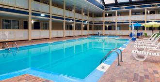 رامادا باي ويندام إنديانابوليس سبيدواي - انديانابوليس - حوض السباحة