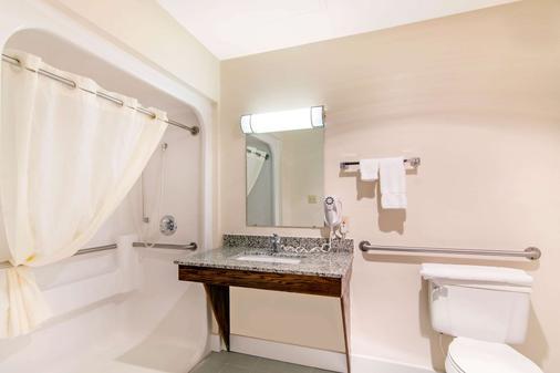 Quality Inn & Suites - Carthage - Baño