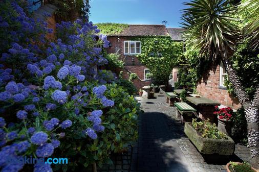 The Greyhound Coaching Inn - Lutterworth - Outdoors view