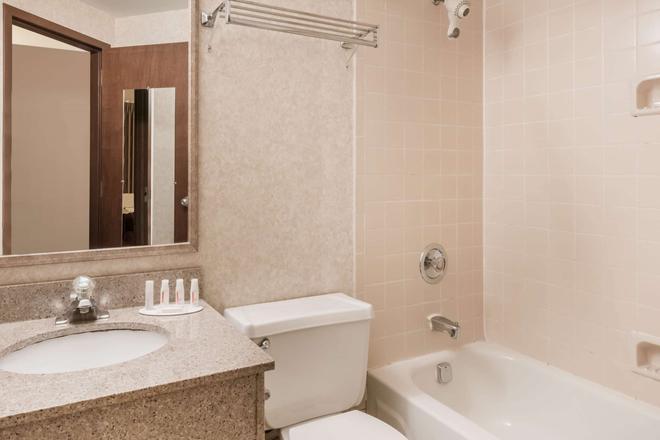 Ramada by Wyndham Pottsville/Frackville - Pottsville - Bathroom