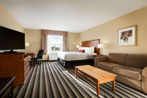 Days Inn & Suites by Wyndham Edmonton Airport - Leduc - Bedroom