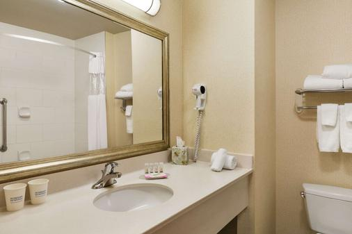 Days Inn & Suites by Wyndham Edmonton Airport - Leduc - Bathroom