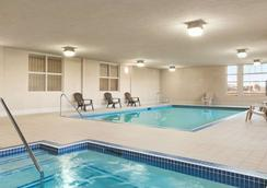 Days Inn & Suites by Wyndham Edmonton Airport - Leduc - Pool