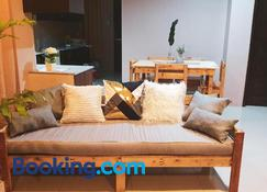 Pallet Homes for Friends, Near Ceres Terminal - Iloilo City - Wohnzimmer