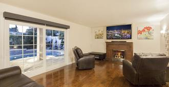 Just Listed! - Beautiful 4 Bed 3 Bath Close To Strip W/pool/spa/gameroom - Las Vegas - Wohnzimmer