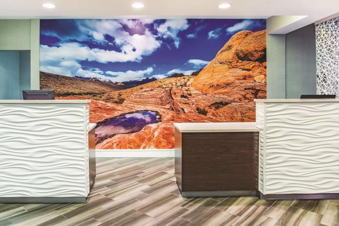 La Quinta Inn & Suites by Wyndham Las Vegas Summerlin Tech - Las Vegas - Lobby