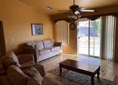 Beautiful Single Story Home less than 5 Minutes from Colorado River and Laughlin - Bullhead City - Living room