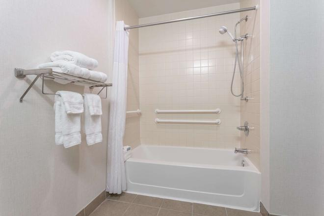 Wingate by Wyndham High Point - High Point - Bathroom