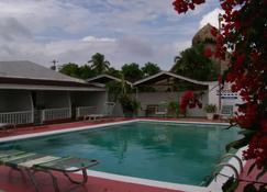 Golden Thistle Hotel - Bon Accord Village - Piscina