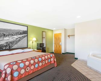Super 8 by Wyndham Bedford - Bedford - Bedroom