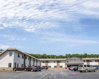 Econo Lodge Inn and Suites - Iron Mountain - Building