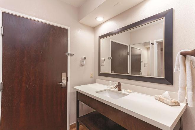 La Quinta Inn & Suites by Wyndham Knoxville North I-75 - Knoxville - Bathroom