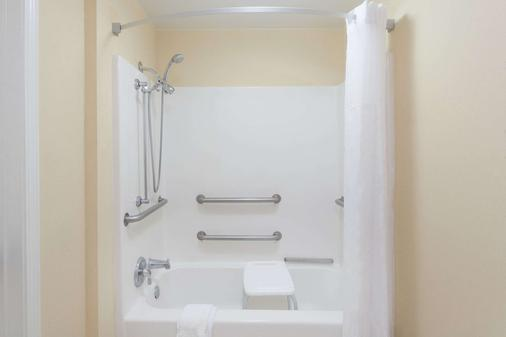 Howard Johnson by Wyndham, Jackson - Jackson - Bathroom