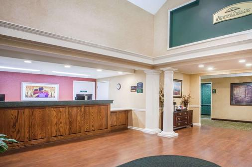 Howard Johnson by Wyndham, Jackson - Jackson - Front desk