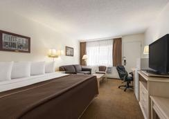 Travelodge by Wyndham Calgary South - Calgary - Bedroom