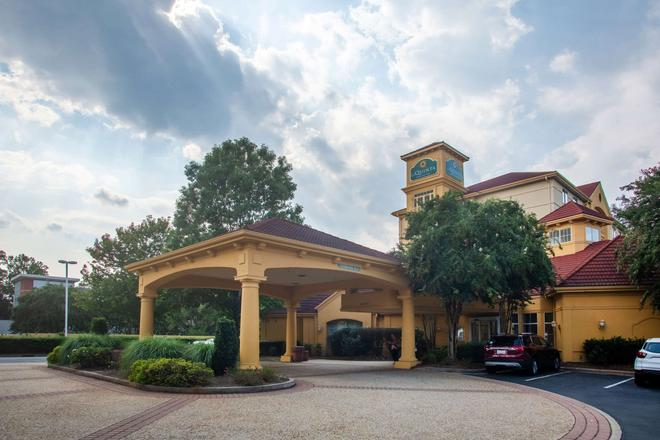 La Quinta Inn & Suites by Wyndham Charlotte Airport South - Charlotte - Rakennus