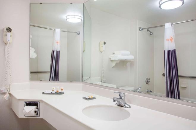 La Quinta Inn & Suites by Wyndham Charlotte Airport South - Charlotte - Kylpyhuone