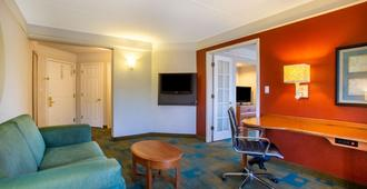 La Quinta Inn & Suites by Wyndham Charlotte Airport South - Charlotte - Living room