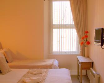 Kensington Court Holiday Apartments - Weston-super-Mare - Bedroom