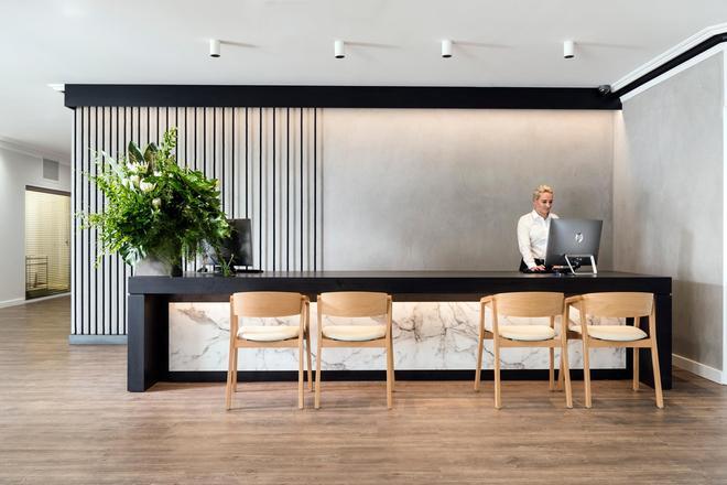 Tradewinds Hotel - Perth - Front desk