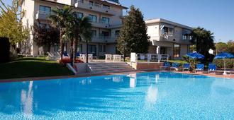 Hotel Porto Azzurro - סירמיונה - בריכה