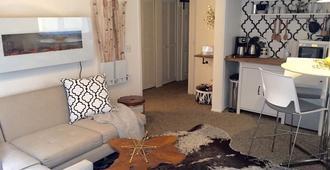 Cherry Creek Chic Retreat - Denver - Living room