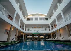 Runway Hotel - ปิอาร์โก - สระว่ายน้ำ