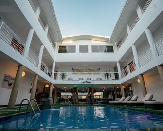 Runway Hotel - Piarco - Zwembad