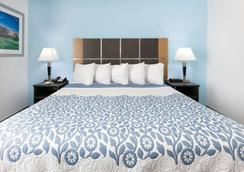Days Inn & Suites by Wyndham Lubbock Medical Center - Lubbock - Bedroom