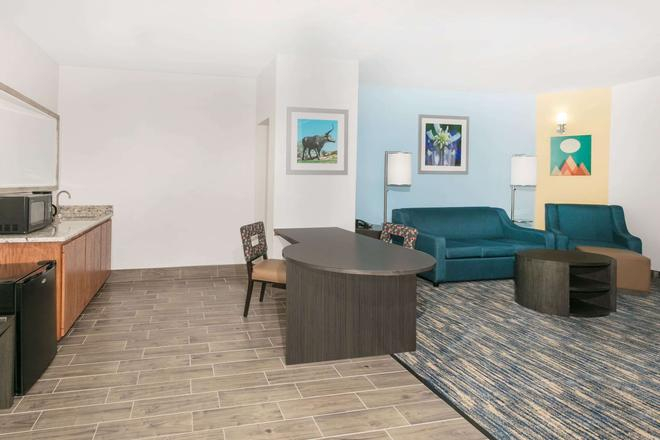 Days Inn & Suites by Wyndham Lubbock Medical Center - Lubbock - Living room