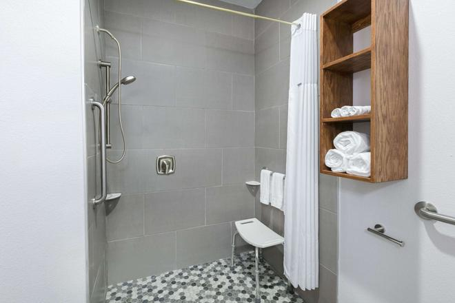 Days Inn & Suites by Wyndham Lubbock Medical Center - Lubbock - Baño