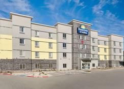 Days Inn & Suites by Wyndham Lubbock Medical Center - Лаббок - Здание