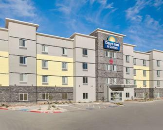 Days Inn & Suites by Wyndham Lubbock Medical Center - Lubbock - Building