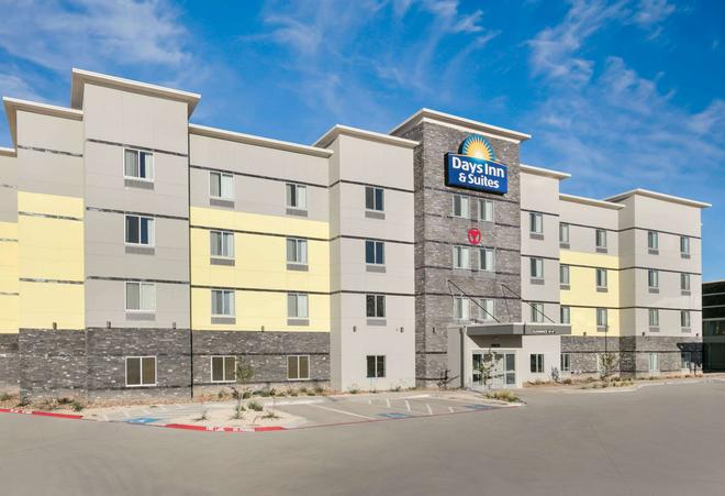 Days Inn & Suites by Wyndham Lubbock Medical Center - Lubbock - Building