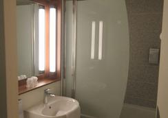 Campanile Bayeux - Bayeux - Bathroom