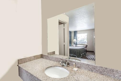 Days Inn by Wyndham Nashville N Opryland/Grand Ole Opry - Nashville - Bathroom